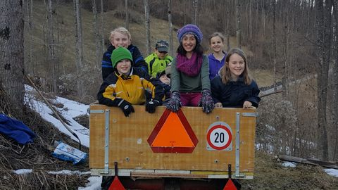 Kinder auf Transporter